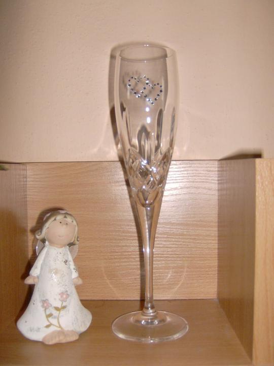 Začiatok krásnej cesty... - naše svadobné poháre so swarovskim...originál :) srdiečka vlastná výroba