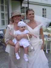 najmladsia druzicka s babinou a tetou