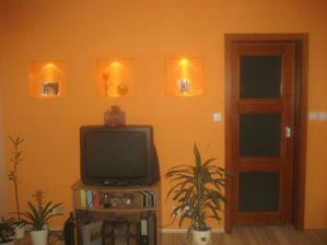 zasúvacie dvere v obývačke, sadrokartonova priečka a vytúžené niky s osvetlením