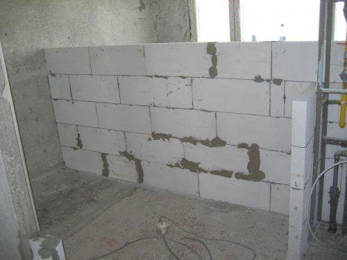 Konecne vlastny bytik (Košice) - rekonštrukcia - 22.5. nastupili majstri - muruje sa kupelna, za nou kuchyna