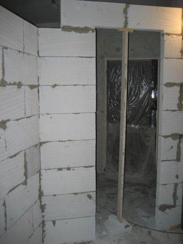 Konecne vlastny bytik (Košice) - rekonštrukcia - vstup do kupelne z chodby, v pozadi vchodove dvere