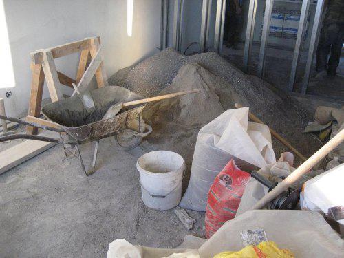Konecne vlastny bytik (Košice) - rekonštrukcia - vo furiku sa robil poter do celeho bytu (piesok spolu so strkom ktory bol pod parketami), vzadu profily na priecku medzi obyvackou a pracovnou