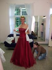 """žluté šaty nedorazily. konečná varianta. Do 19. století se nevěsty vdávaly v šatech jakékoli barvy. Pravidlo """"nevěsta v bílém"""" se rozšířilo v módních kruzích teprve kolem roku 1880. Původně takto zareagovala církev po zavedení civilního sňatku, aby z"""