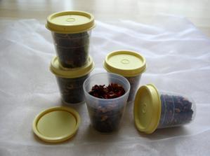 každý host dostal nádobku s čajem. holky ovocný, kluci černý - pro společné chvíle pohody. čaj se vložil do sousedkou ušitých pytlíčků