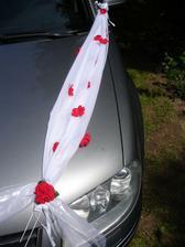 nevěsta zásadně odmítla panenku nebo kytku na auto, a tak si musela výzdobu udělat sama. červené květy (rozebraná umělá růžička, koupená v obchodu vše za 30) jsou opět přilepené tavnou pistolí.
