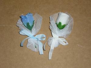 Pierka pre svadobčanov, modrá ruža pre pánov, biela pre dámy