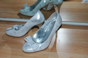 niečo staré ... teda, mala som ich na jednom plese, ale tradíciu dodržím :-)
