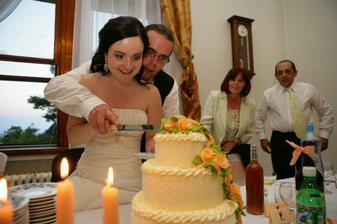 spoločné krájanie svadobnej torty