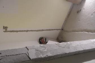 Pri kuchyni sa prerábala aj chodba, preto som naťahal všade novú elektriku do všetkých izieb