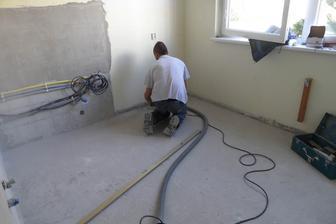 Brúsenie podlahy, pred vylievaním nivelačky
