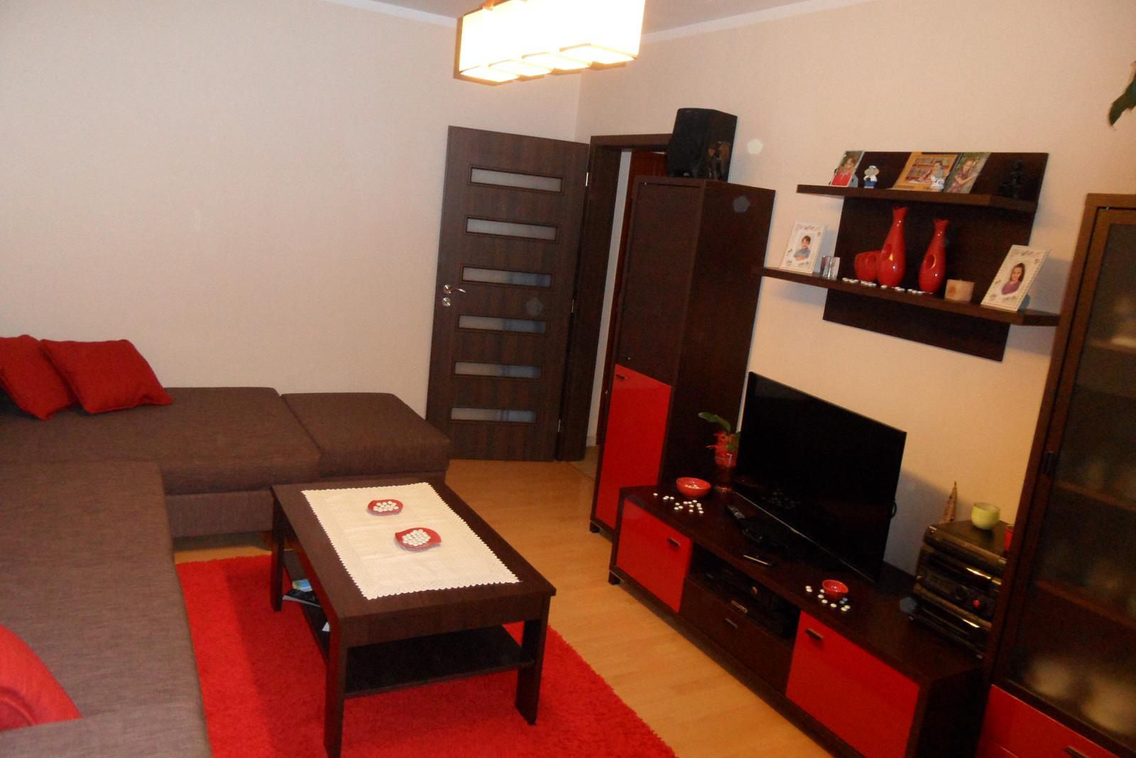 Naša obývačka, prerábanie - Nová sedačka EGO od Finesu konečne dorazila, prehodili sme aj nábytok na opačnú stranu.
