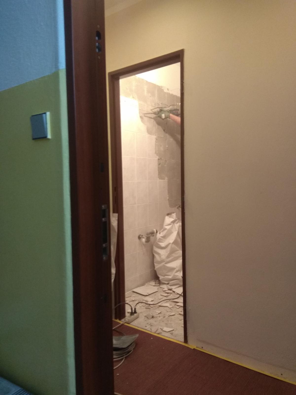 Prerábka panelákovej kúpelne a wc - Začíname búrať