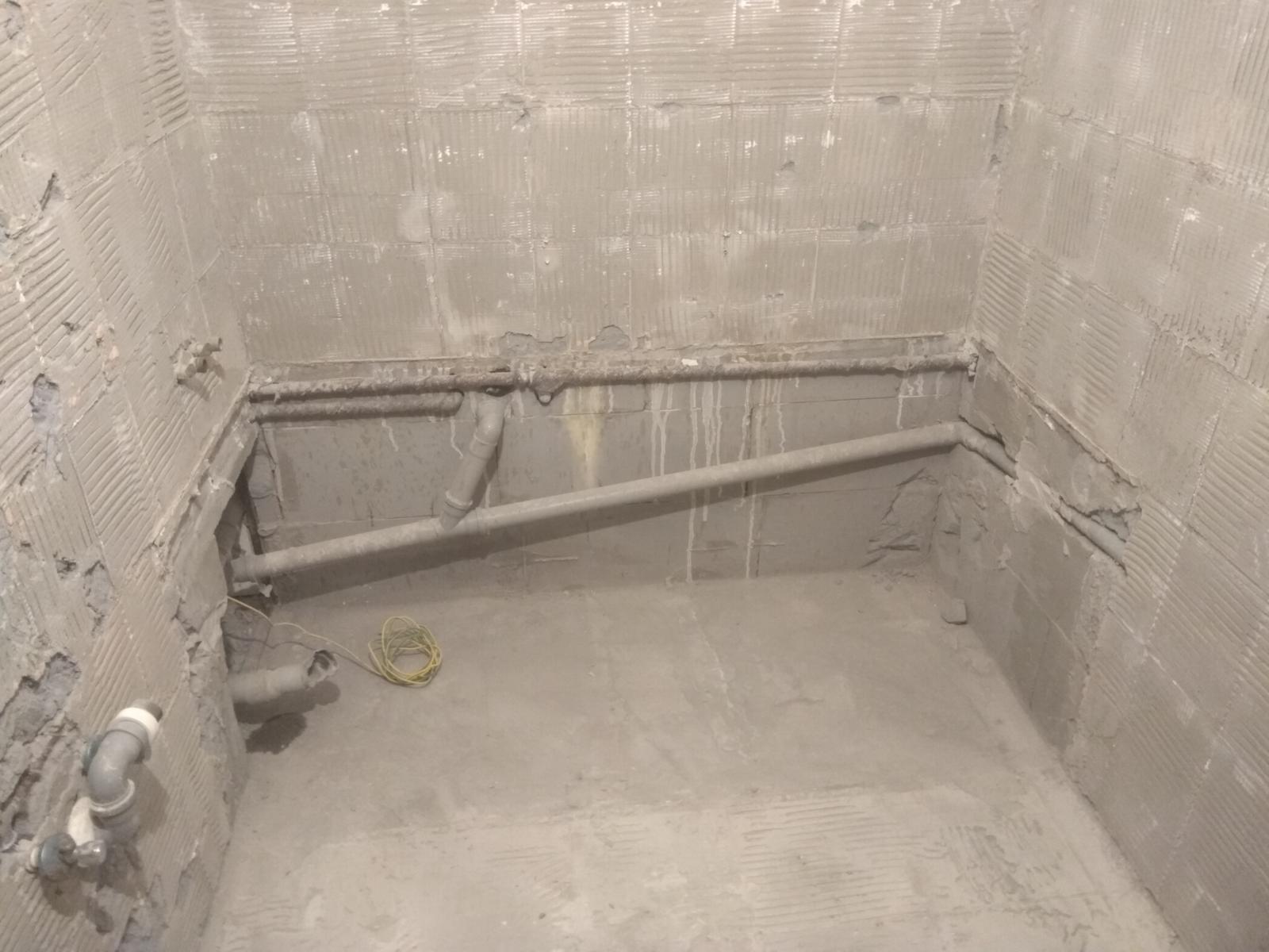 Prerábka panelákovej kúpelne a wc - Staré rozvody vody a odpad