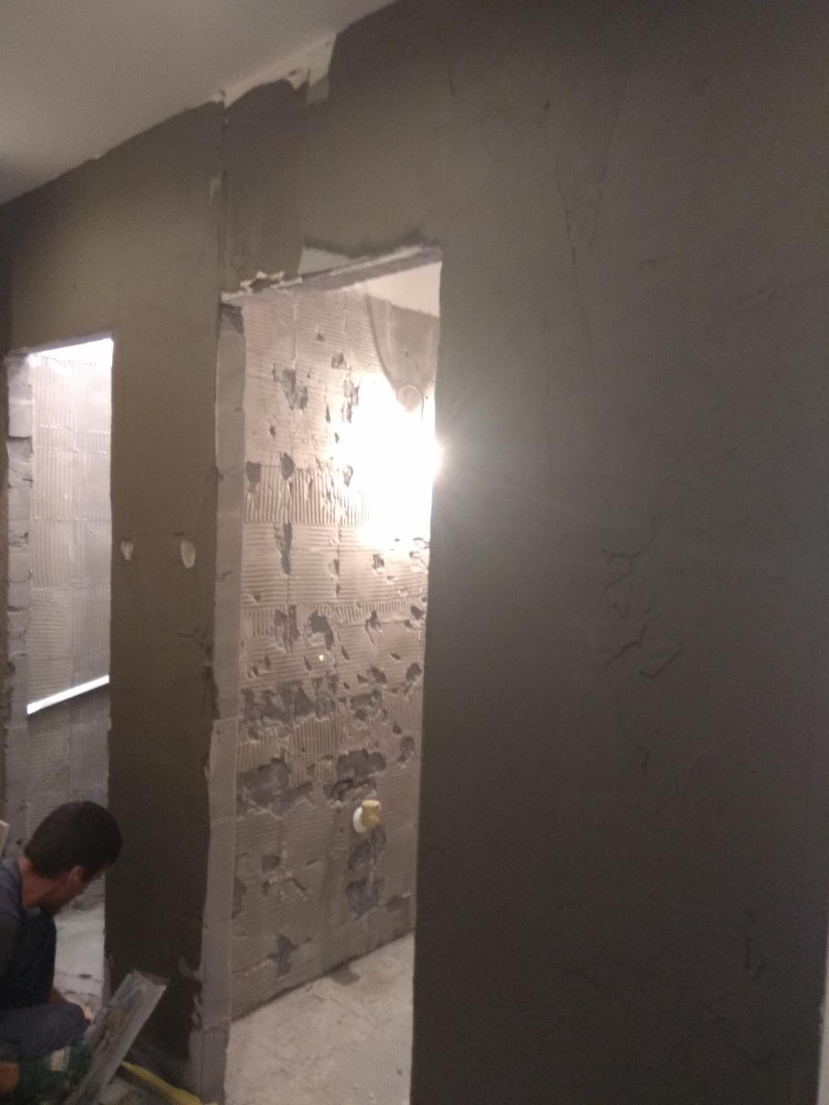 Prerábka panelákovej kúpelne a wc - Nová omietka na chodbe