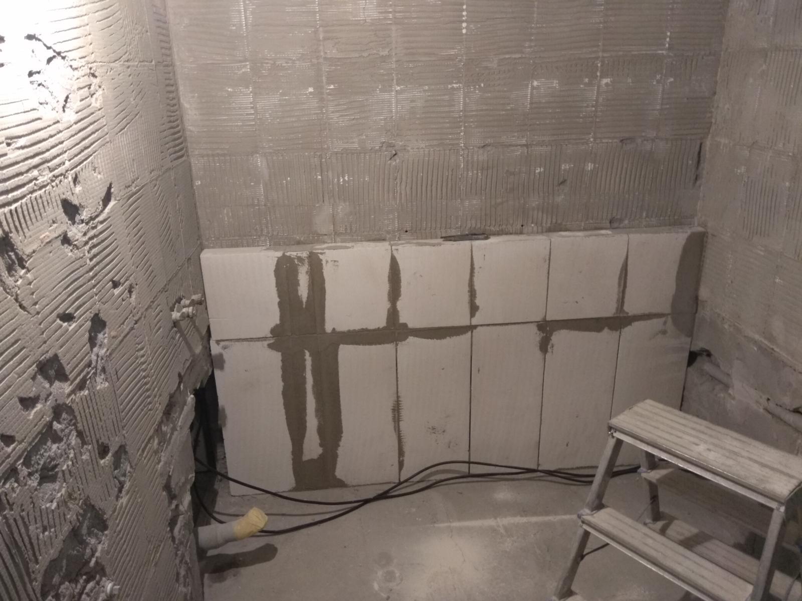 Prerábka panelákovej kúpelne a wc - Kvôli starej vode, sme museli primurovať schodík
