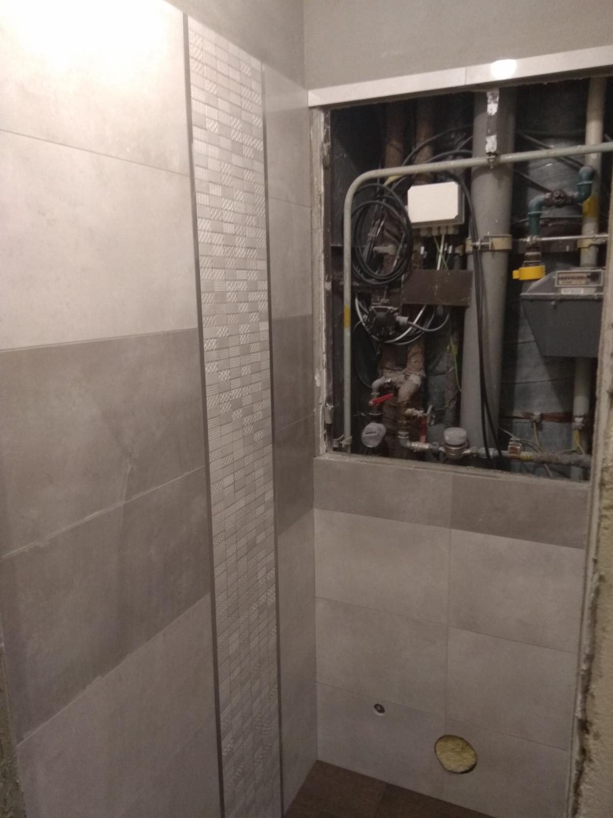 Prerábka panelákovej kúpelne a wc - Hurá mozaika a lišty sú tam