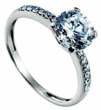 Tak tímhle nádherným prstýnkem to všechno začíná...