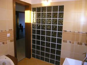 Kúpelňa..sklobetón z druhej strany, kúsok vane a kúsok z umývadla.