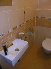 Vedľa kúpelne je wc, tiež s malým okienkom.