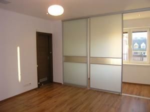 Priechodná izba z pohľadu zvnútra. Za dverami je šatník.