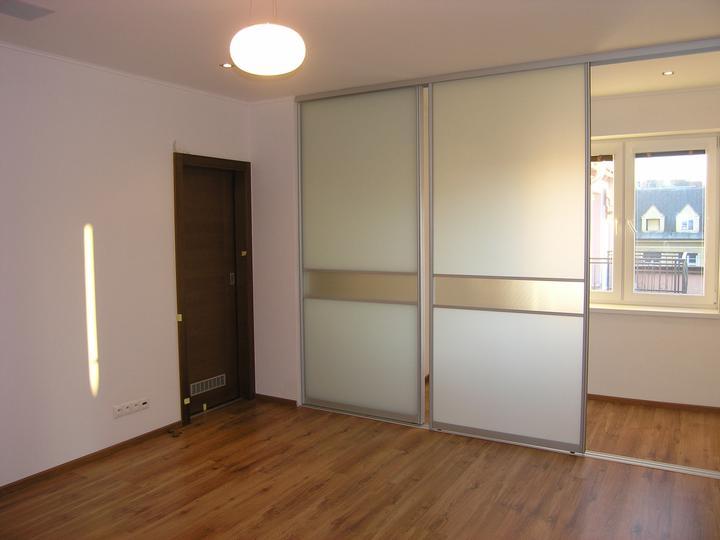 Bytík..ešte v štádiu vývoja - Priechodná izba z pohľadu zvnútra. Za dverami je šatník.