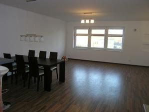 Budúca obývacia izba, s jedálenským kútom a kuchyňou. Pohľad od dverí.