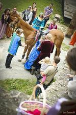 Moje první sesedání z koně v šatech bylo zážitkem i pro všechny kolem (šaty se mi vzadu vyhrnuly až po pás...nebýt koně, měli by kolemstojící ještě zajímavější podívanou) :-D