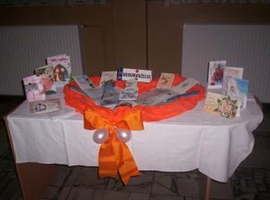 Stôl s blahoželaniami a Kronikou