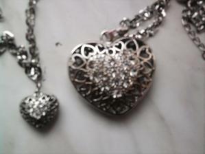 nove náhrdelník náramek a k tomu jsou i naušnice, přemýšlím o změně