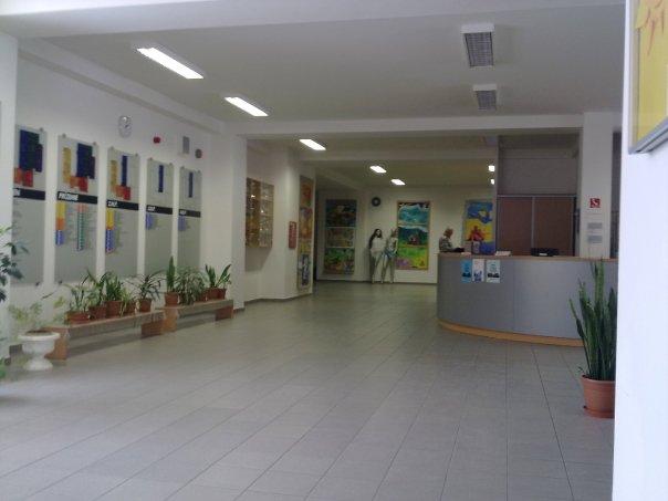 Všeho všudy :) - Takto vyzera vstupna hala na Gymnaziu Jana Holleho v Trnave, zboznovala som tu budovu :DDD