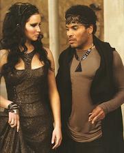 Cinna- V príbehu je Katnissiným módnym štylistom. Navrhol všetky jej kostýmy vrátane svadobných šiat.....ktoré nechal zhorieť a zmenil Katniss na Drozdajku :)
