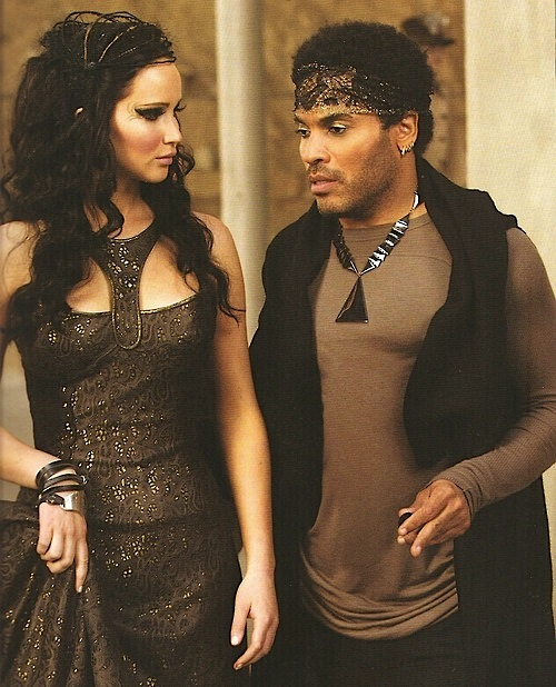 Hunger Games- Wedding - Cinna- V príbehu je Katnissiným módnym štylistom. Navrhol všetky jej kostýmy vrátane svadobných šiat.....ktoré nechal zhorieť a zmenil Katniss na Drozdajku :)