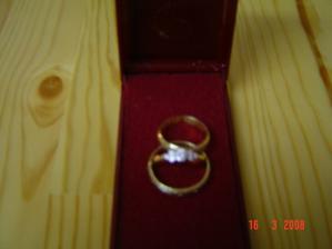 zásnubný prstienok spolu s obrúčkami