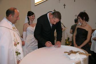 Veľavravný úsmev sme si vymenili s mojou sestrou, keď som sa miesto novým menom podpísala starým