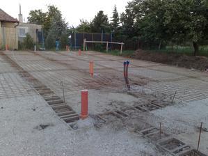 takto to vyzeralo den pred betonovanim zakladovej dosky...  1.8.2012