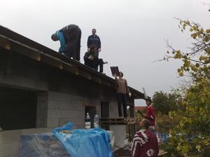 26.10.2012 stihli sikovni chlapci polozit skridlu na 3 stity strechy... a bolo veruze veselo :))))