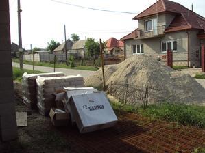 Cement sme minuli všetok plus ešte 12 vriec a z tej velikánskej kopy štrku zostalo asi pol kubíka.... potery hotové 8.5.2013