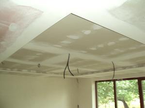 jediny zapusteny strop je v obyvacke