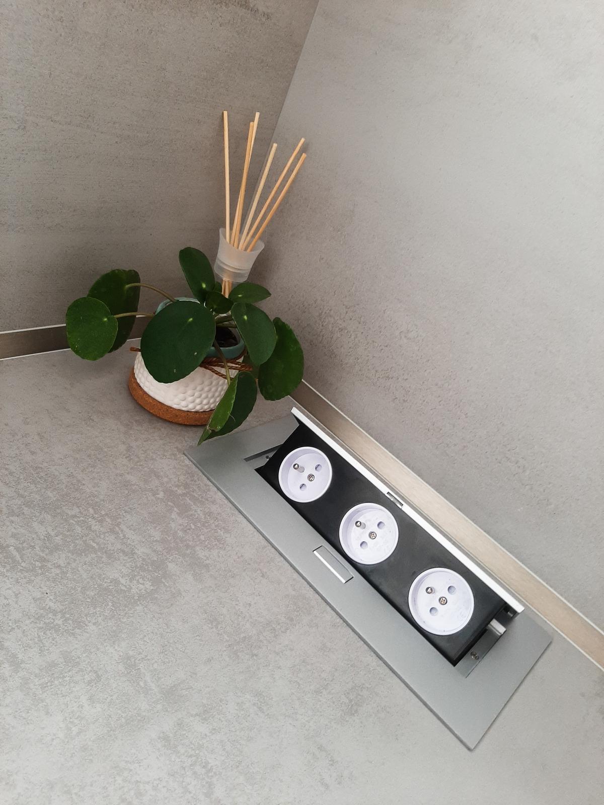 Guqin - náš domček - Super vec, tieto výklopné zásuvky 👍 a nešpatia na stene 😃