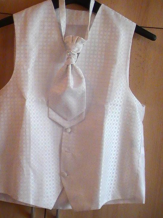 Svadobné šaty a všetko ostatné, čo už máme - vesticka pre milacika, skoda, ze nevidno ten krasny vzor...ale inak sa nedalo