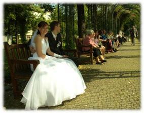 Jede, jede masinka... :-)My jsme lokomotiva a na ostatních lavičkách sedí další svatebčané :-)