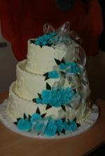 náš svatební dort, spodní patro ořech, střední nugát, vrchní piškot s ovocem
