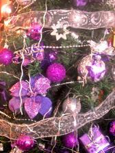 tento rok sme sli s modou a vianocny stromcek ma fialovo strieborny sat..