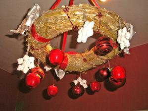 Slameny veniec kupeny v jarnom tovare Baumaxu a este vianocne nazdobeny :)