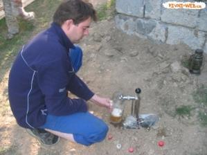 Zakopte sud piva do zeme, aby si udrzal chladnu teplotu
