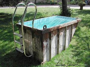 Stary kontajner, obkladacky, schodiky a funkny bazen je na svete.