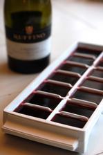 Uz nemusite vino riedit vodou, ani ho chladit - staci urobit z vina kocky ladu a riesenie rychleho schladenia bez riedenia je na svete.