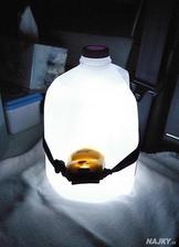 Ak potrebujete urobit velke svetlo, staci lampas a nadoba s vodou.