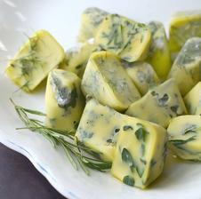 Zmrazte si cerstve bylinky zaliate olivovym olejom a mate ich k dispozcii pri kazdom vareni