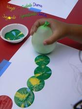 Do misky staci dat vodu, do toho lak na nechty v roznych farbach, namozit balonik a odtlacat
